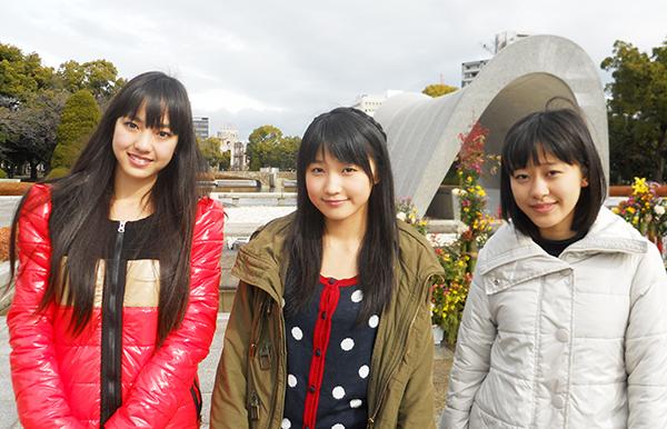 広島平和記念公園にて(飯窪春菜、鞘師里保、小田さくら))