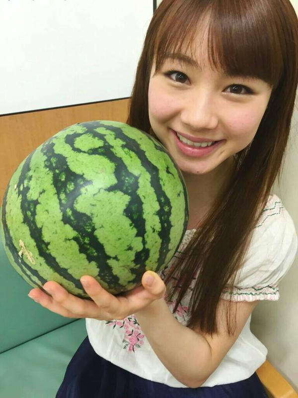 スイカを持っている石田亜佑美